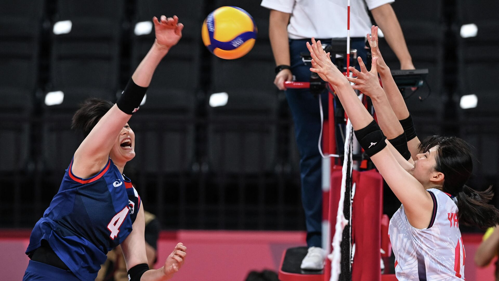 South Korea's Kim Hee-jin hits the ball in the women's preliminary round pool A volleyball match between Japan and South Korea during the Tokyo 2020 Olympic Games at Ariake Arena in Tokyo on July 31, 2021. (Photo by JUNG Yeon-je / AFP) - РИА Новости, 1920, 31.07.2021