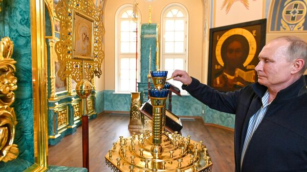 Владимир Путин во время посещения Коневского Рождество-Богородичного мужского монастыря на острове Коневец в Ладожском озере