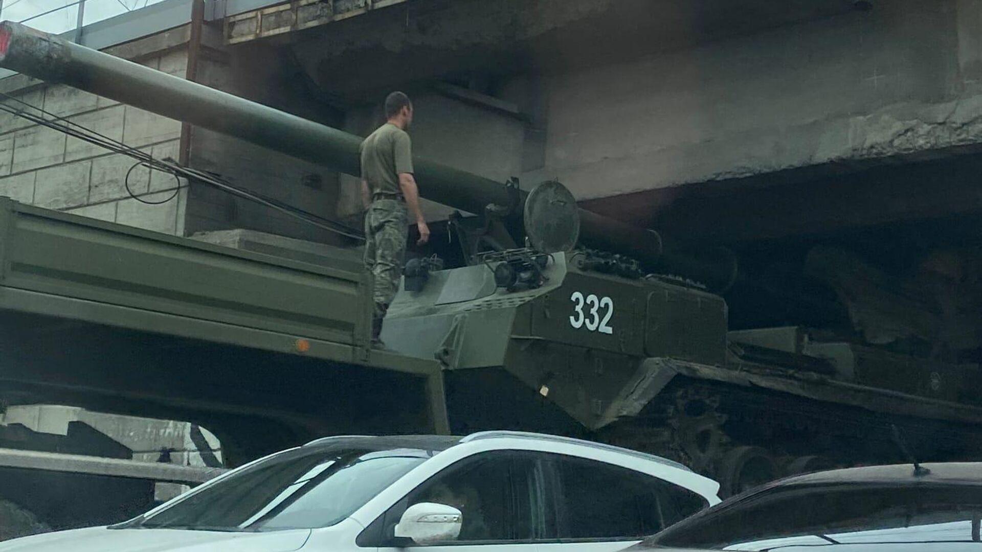 Застрявшая во время транспортировке в Новосибирске самоходная пушка 2С7М Малка - РИА Новости, 1920, 02.08.2021
