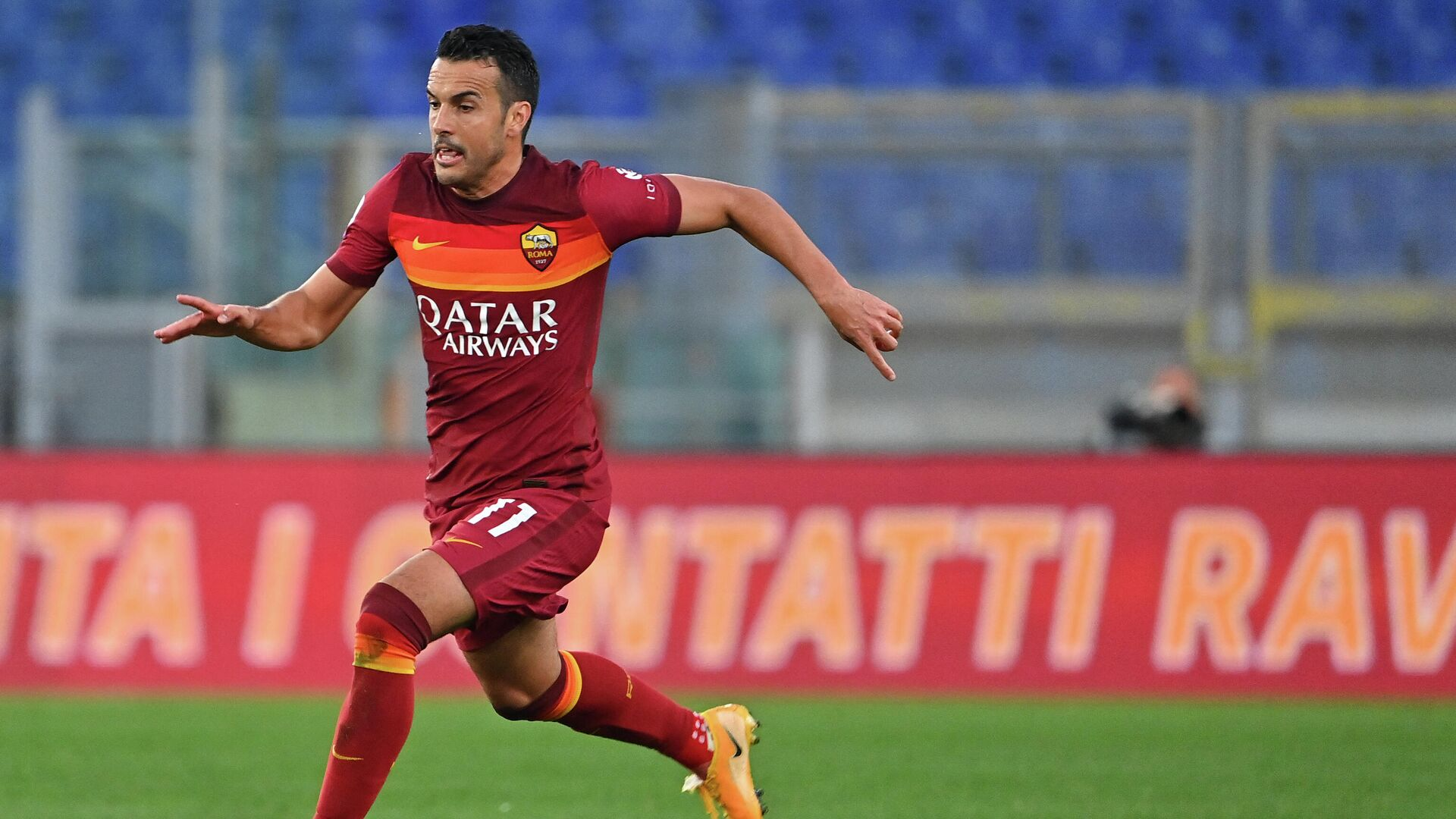 Roma's Spanish forward Pedro runs with the ball during the Italian Serie A football match AS Rome vs Bologna on April 11, 2021 at the Olympic stadium in Rome. (Photo by ANDREAS SOLARO / AFP) - РИА Новости, 1920, 03.08.2021
