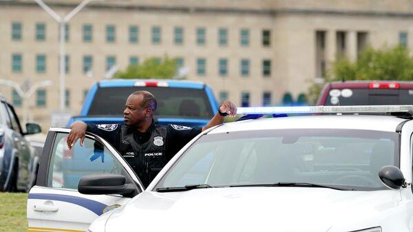 Полицейский у здания Пентагона в Вашингтоне