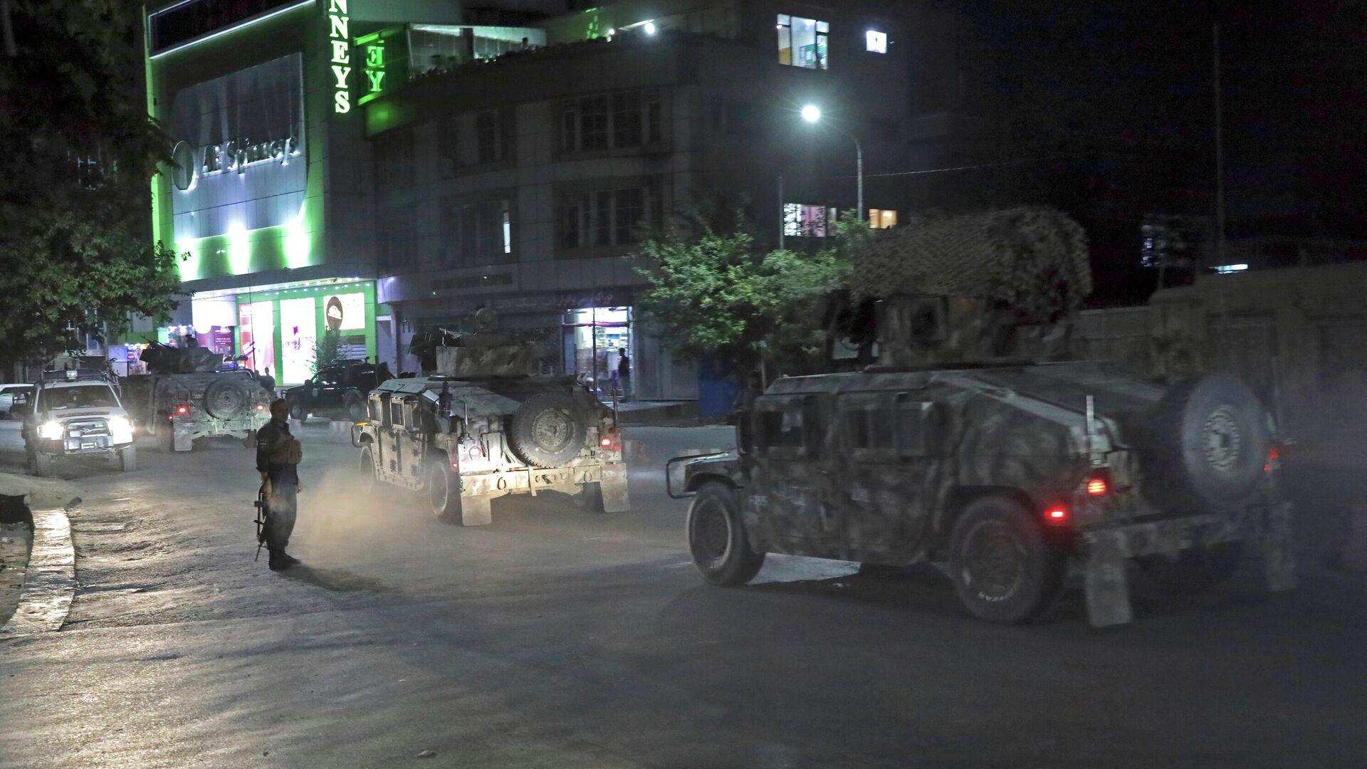 Сотрудники службы безопасности Афганистана прибывают на место мощного взрыва в Кабуле - РИА Новости, 1920, 03.08.2021