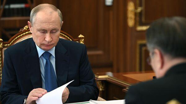 Президент РФ Владимир Путин во время встречи с генеральным директором госкорпорации Росатом Алексеем Лихачевым