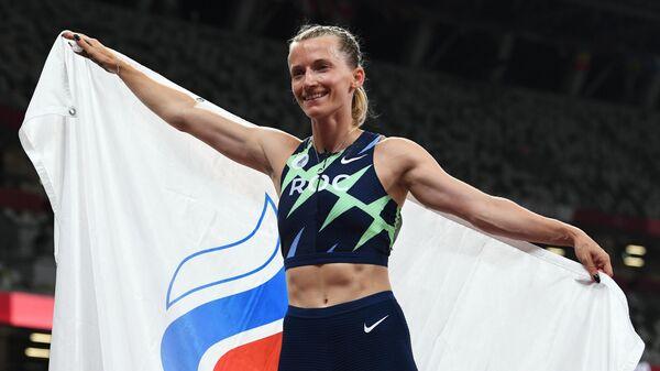 Анжелика Сидорова, завоевавшая серебряную медаль на соревнованиях по прыжкам с шестом среди женщин на XXXII летних Олимпийских играх в Токио