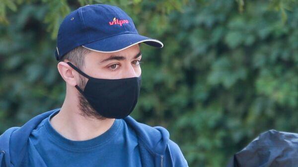 Стендап-комик Идрак Мирзализаде, обвиняемый в разжигании межнациональной вражды, у здания Таганского районного суда города Москвы