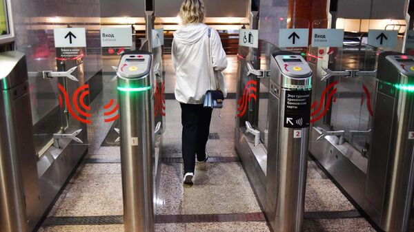 Турникет с новой системой Face Pay для оплаты проезда по лицу на Филевской линии Московского метрополитена