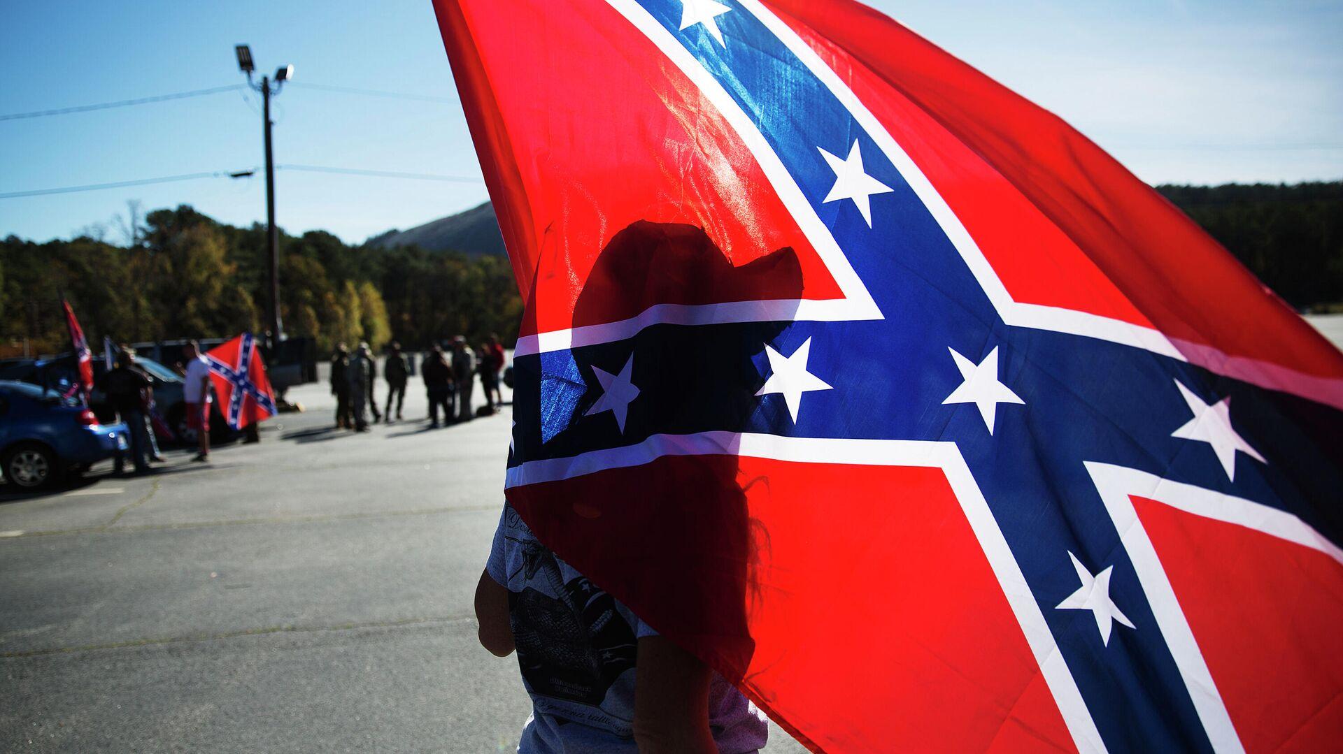 В США преподаватель призвала учеников присягнуть флагу ЛГБТ
