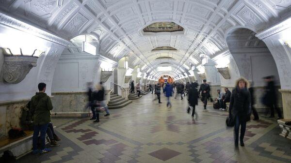 Пассажиры на станции метро Белорусская Московского метрополитена