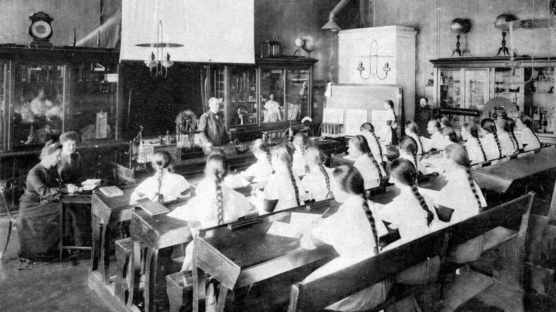 Урок в Смольном институте благородных девиц - РИА Новости, 1920, 19.08.2021