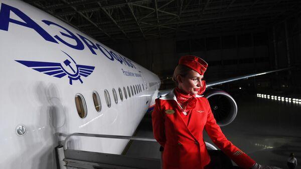 Стюардесса авиакомпании Аэрофлот во время презентации нового салона самолета Boeing 777