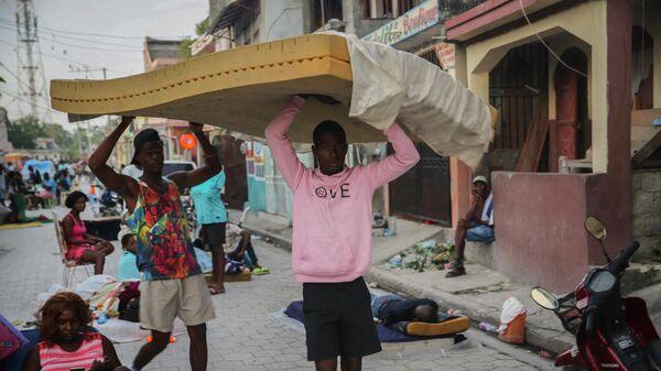 Мужчины несут матрас, Гаити