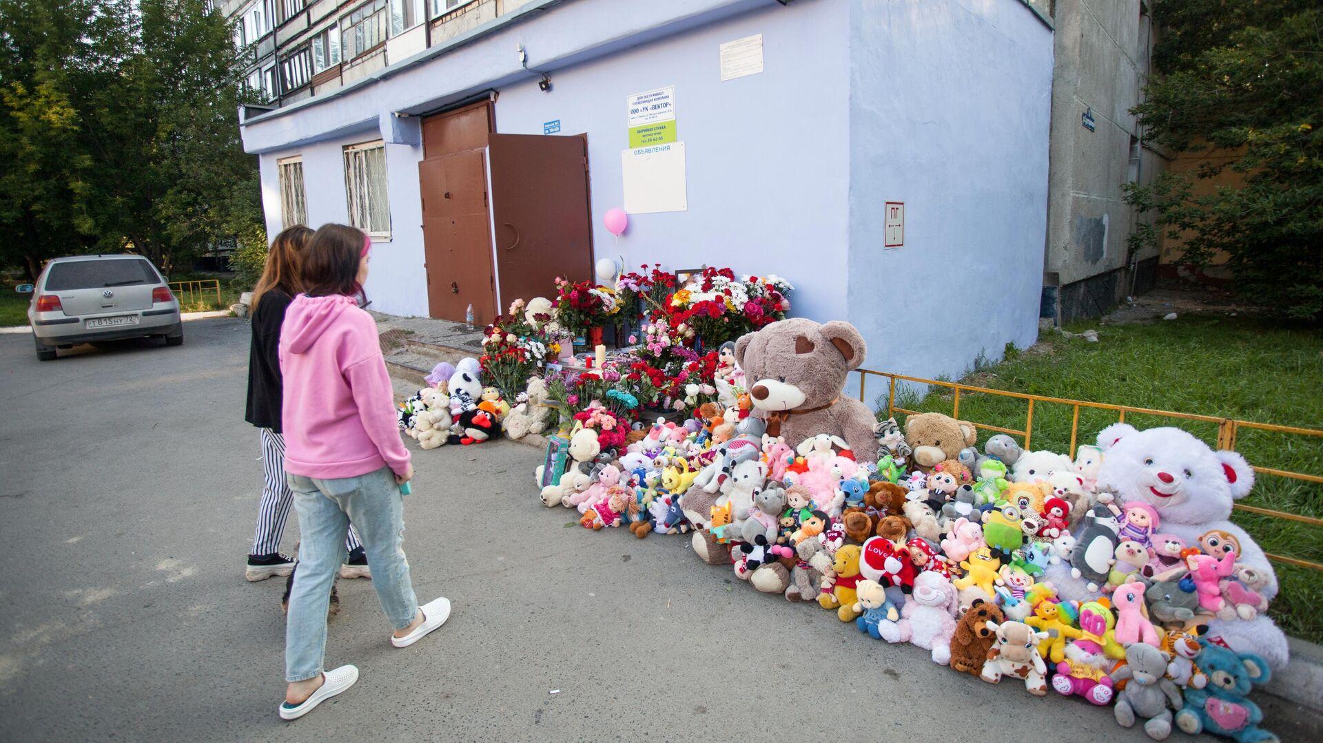 Дядя убитой в Тюмени девочки погиб у стихийного мемориала