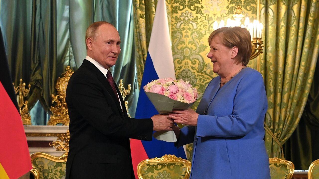 Китайцев восхитил сентиментальный жест Путина на встрече с Меркель