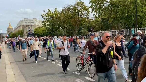 Шествие противников санитарных пропусков в Париже