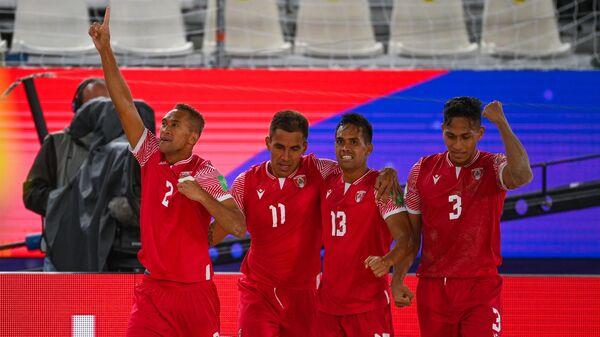 Слева направо: Дилан Паама, Тева Заверони, Теаонуи Техау и Таматоа Тетауира (Таити) радуются забитому голу в матче группового этапа чемпионата мира по пляжному футболу 2021 между сборными командами Таити и Испании