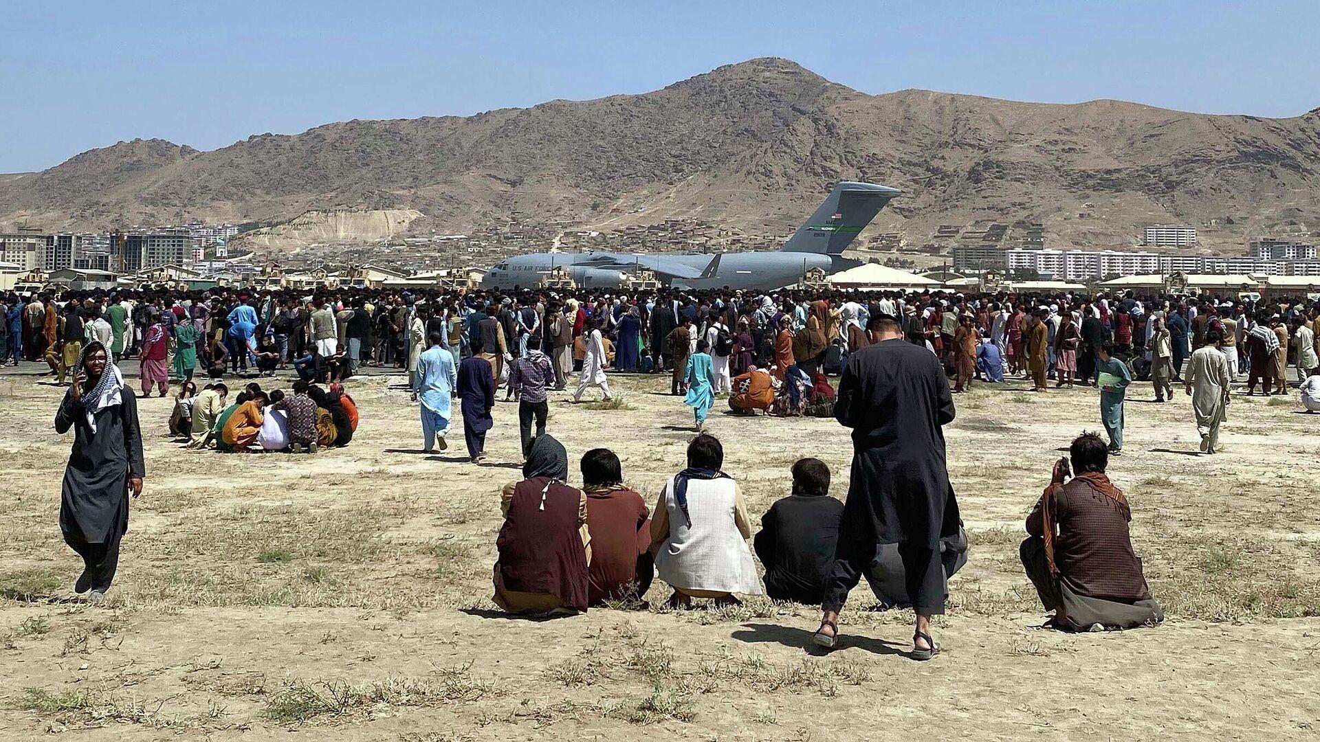 Люди в аэропорту Кабула - РИА Новости, 1920, 24.08.2021