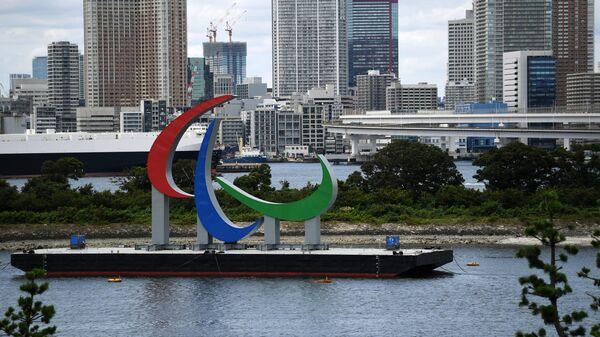 Эмблема Паралимпийских игр около Радужного моста в акватории Токийского залива рядом с искусственным островом Одайба. С 24 августа по 5 сентября в Токио пройдут XVI Паралимпийские летние игры.