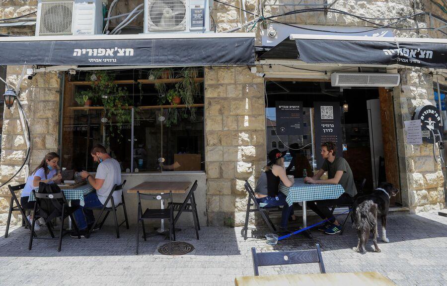Посетители в кафе в Иерусалиме