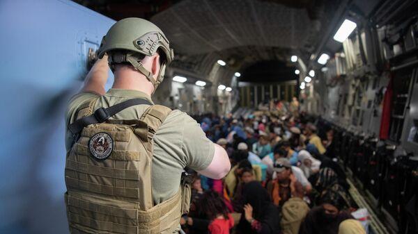 Военнослужащий ВВС США на борту самолета C-17 Globemaster III ВВС США во время эвакуации в международном аэропорту Кабула