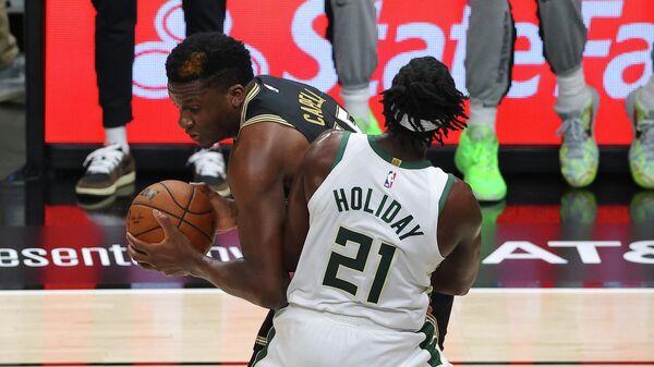 Центровой Атланты Хокс Клинт Капела в матче НБА против Милуоки Бакс