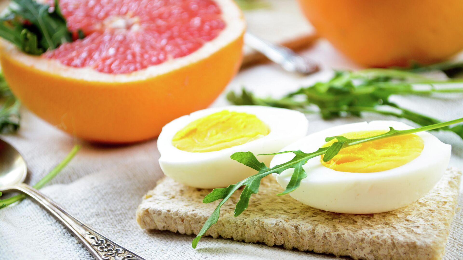 Завтрак с яйцами, грейпфрутом и листьями рукколы - РИА Новости, 1920, 07.09.2021