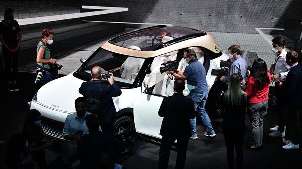 Люди возле Smart concept Mercedes-Benz на Международном Мюнхенском автосалоне