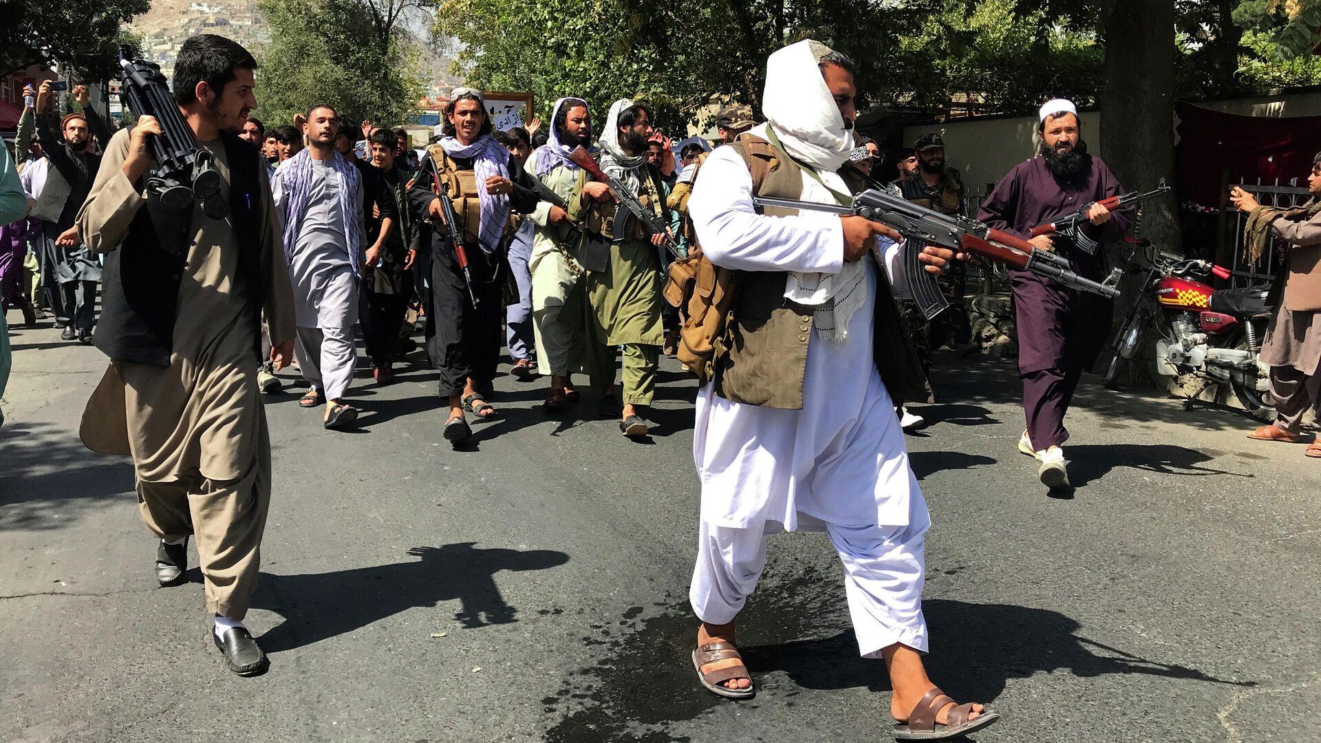 Боевики Талибана* на улице Кабула - РИА Новости, 1920, 13.09.2021