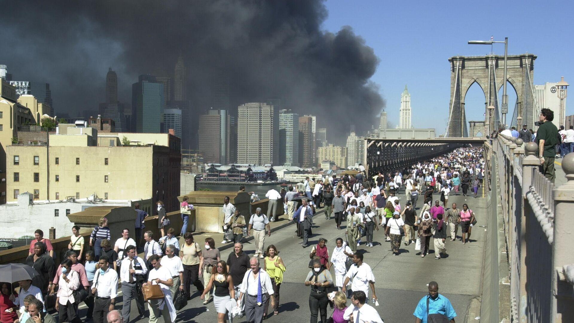 Люди бегут по Бруклинскому мосту во время теракта 11 сентября 2001 в Нью-Йорке - РИА Новости, 1920, 11.09.2021
