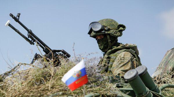 Российский военнослужащий во время военных учений ОДКБ на горном полигоне Эдельвейс в Киргизии