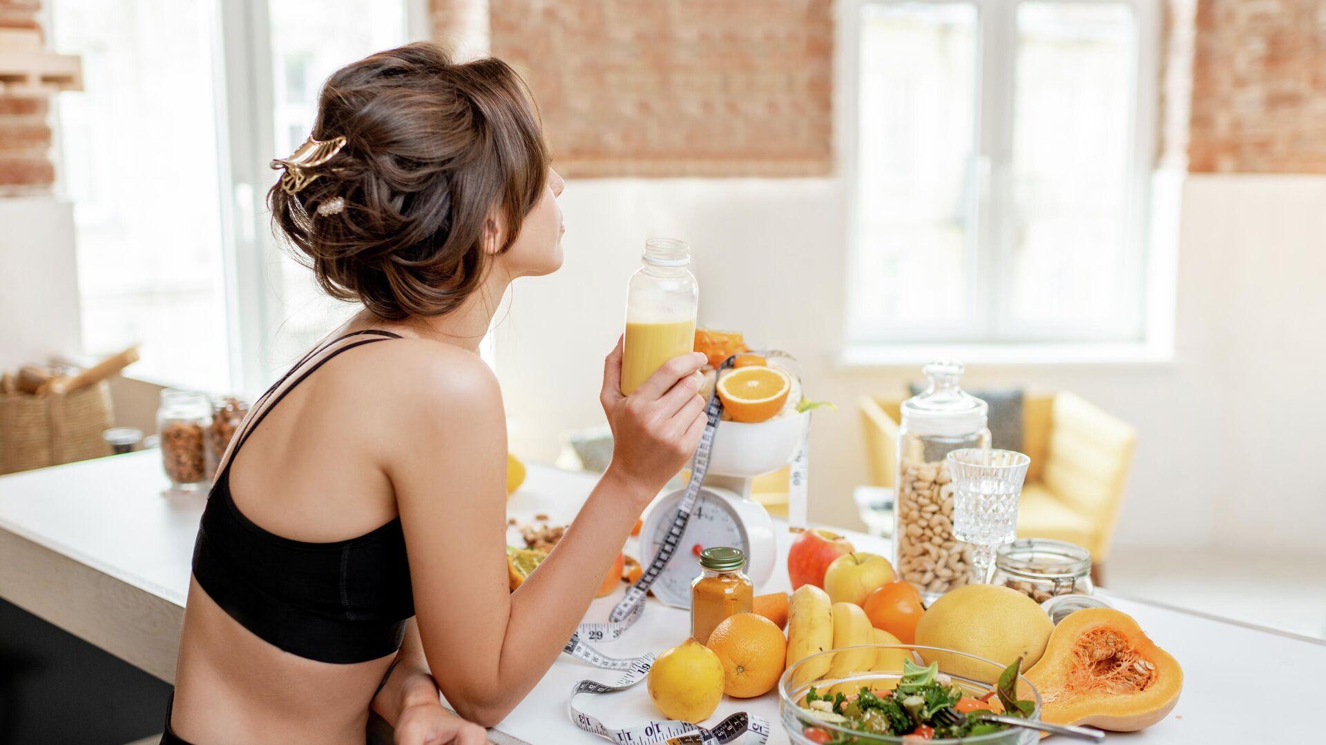 Девушка пьет апельсиновый сок - РИА Новости, 1920, 09.09.2021