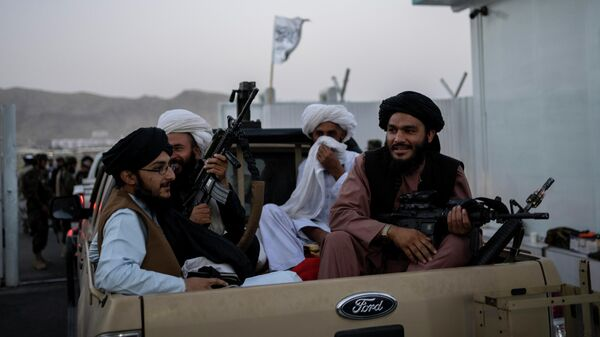 Бойцы Талибана* в аэропорту Кабула