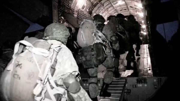 Массовое ночное десантирование военных с техникой на учениях Запад-2021