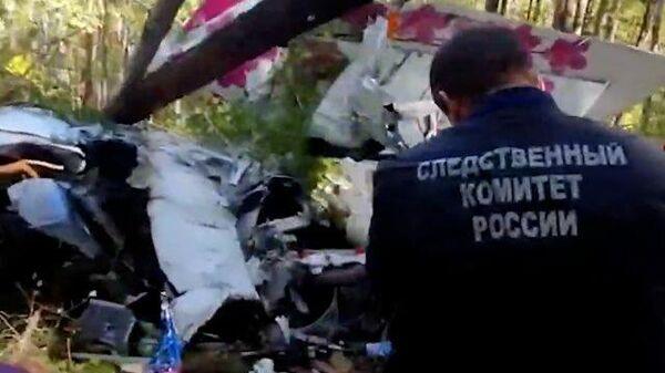 Видео осмотра места крушения самолета L-410 в Иркутской области