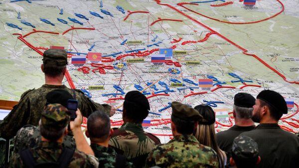 Иностранные наблюдатели у схемы проведения основного этапа учений Запад-2021 на полигоне Мулино в Нижегородской области