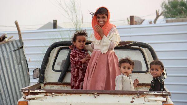 Дети в кузове грузовика в лагере для внутренне перемещенных лиц в Марибе, Йемен