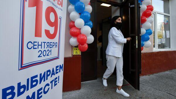 Девушка на избирательном участке в Симферополе