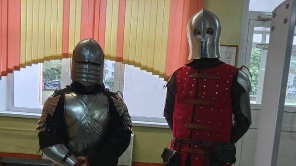 Избиратели в рыцарских доспехах на одном из участков в Рязани