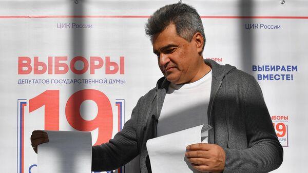 Председатель партии Новые люди Алексей Нечаев во время голосования на избирательном участке № 3381 в Москве