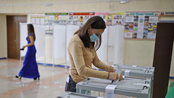 Голосование на выборах депутатов Государственной Думы РФ на избирательном участке №26-19 в Крымске