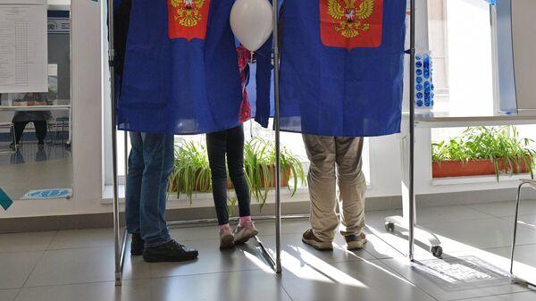 Избиратели голосуют на выборах депутатов Государственной Думы