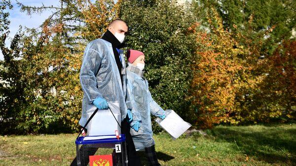 Члены участковой избирательной комиссии обходят жителей Екатеринбурга во время надомного голосования на выборах депутатов Государственной Думы РФ