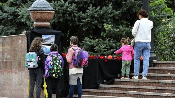 Люди у стихийного мемориала в Керчи, организованного в память о погибших при стрельбе в Пермском государственном национальном исследовательском университете