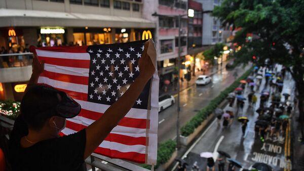 Человек с флагом США во время митинга в Гонконге