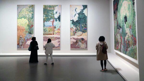 Посетители смотрят на картины французского художника Пьера Боннара во время пресс-показа выставки коллекции братьев Морозовых в Фонде Louis Vuitton в Париже