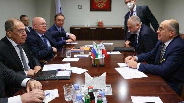 Министр иностранных дел РФ Сергей Лавров и министр иностранных дел Польши Збигнев Рау во время встречи в рамках 76-й сессии Генеральной Ассамблеи ООН