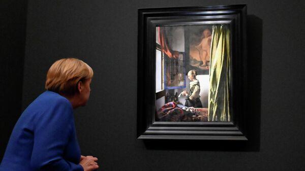 Канцлер Германии Ангела Меркель смотрит на картину Яна Вермеера Девушка, читающая письмо у открытого окна в Галерее старых мастеров в Дрездене, Германия. 9 сентября 2021 года