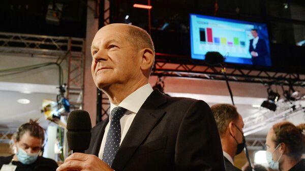Кандидат в канцлеры Германии от Социал-демократической партии (СДПГ) Олаф Шольц выступает в штаб-квартире партии в Берлине после выборов в Бундестаг
