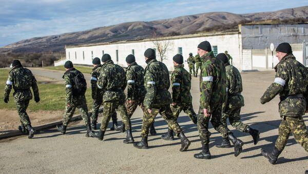 Украинские военные выходят с территории военной базы в Крыму. Архивное фото