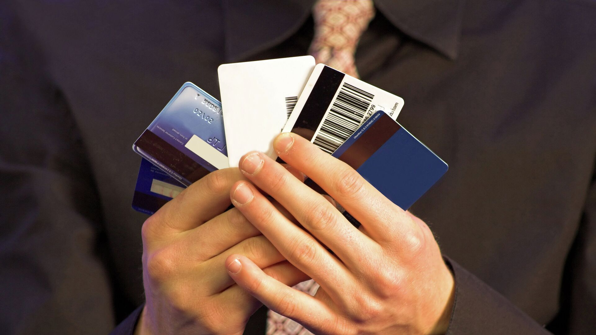 """Эксперт рассказал, чем опасны """"лишние"""" банковские карты"""