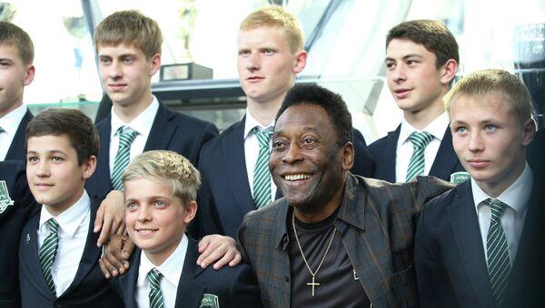 Легендарный футболист Пеле фотографируется с воспитанниками Академии футбольного клуба Краснодар, архивное фото